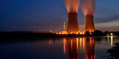 Centrale nucléaire vue de nuit